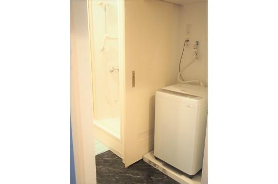 洗濯機は1階に1台、2回に1台ございます。