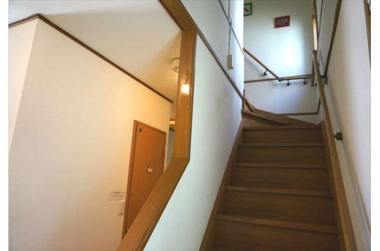 階段は手すりあり。