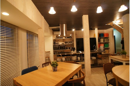 ハウス1階には広々としたリビングキッチンを配置。