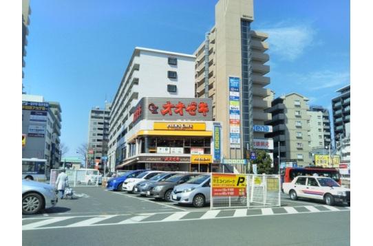 駅周辺には大型スーパーがあります