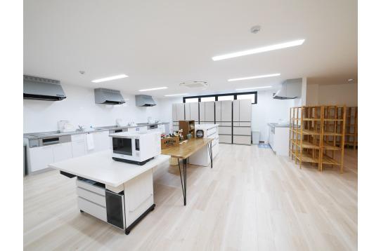 最新のシステムキッチン×4と大型冷蔵庫×5台