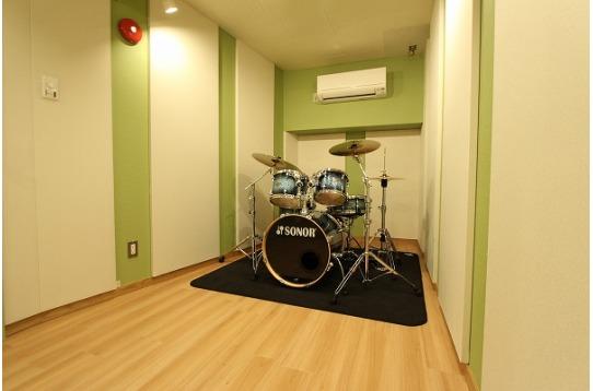 5.3畳の無料スタジオ。ドラムが常設されています。