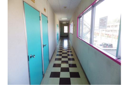 廊下は窓が多く風通し・採光抜群!気持ちいいです♪