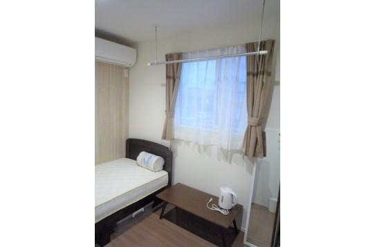 部屋2 ベッド、テーブル、鏡、収納ボックスも有☆