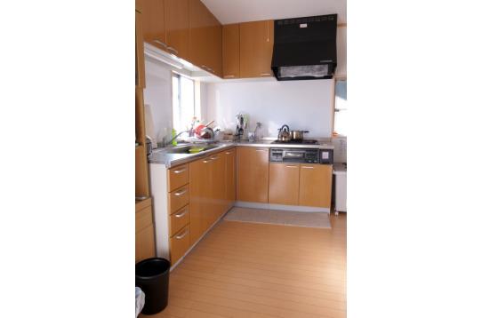明るく調理器具が充実したキッチン