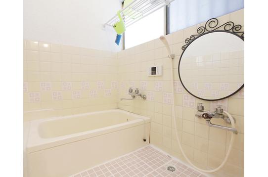 広々天井の高いお風呂の様子