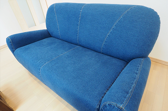 デニム地のソファがおしゃれ