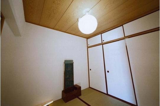 個室B:鏡台、右手に1間半の押入