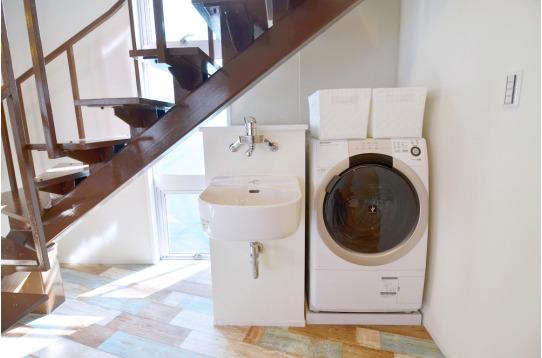 室内のドラム式洗濯機です