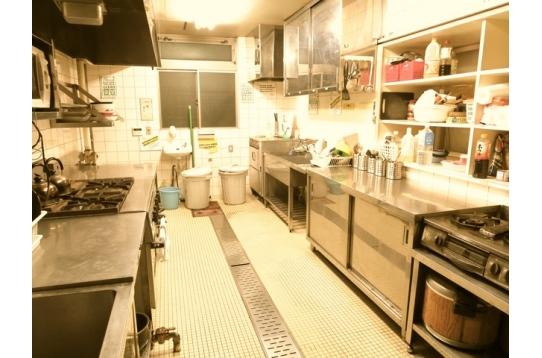 キッチン:業務用コンロを採用しており、火力良し。
