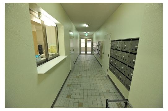 左が管理人室。右が郵便受け。