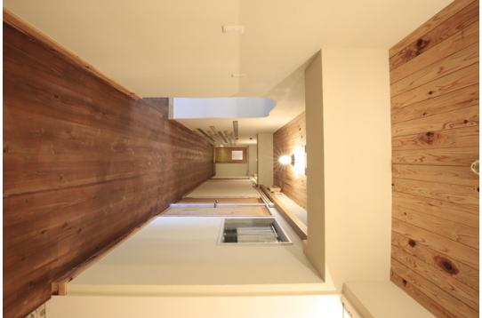 温もりを感じる、無垢材を使用した廊下