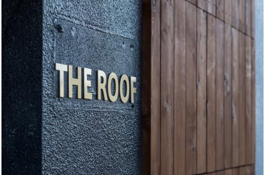 「THE ROOF」のサインが目印です。