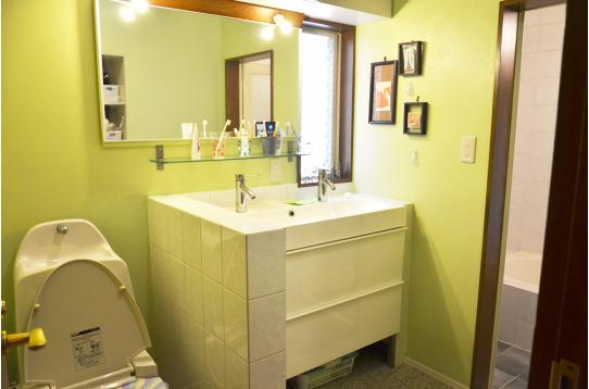 1Fの洗面室。さわやかなグリーンの壁です。