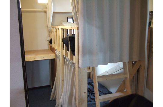 ベッドと左側の収納スペース