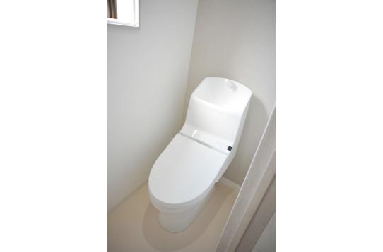 トイレも明るく清潔感があります