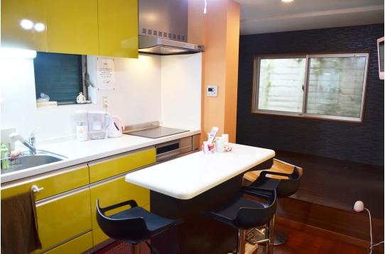 清潔感溢れるビタミンカラーのキッチン