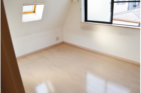 3F個室。変形屋根で味のある空間です。