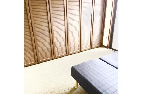 ベッドと収納、エアコン等、設備はそろっております