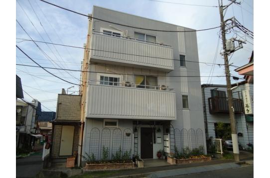 1階に共有スペース、2階・3階が居室