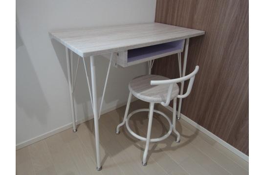 机と椅子も備え付けています