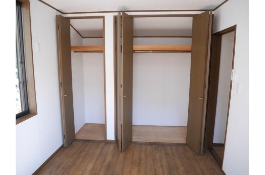収納力は当シェアハウスの自慢です。各居室に完備!