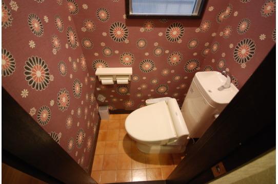 トイレは1階と2階に各1カ所あり