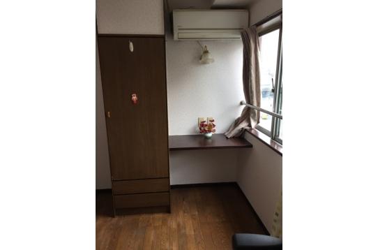 6畳部屋、ダブルベッド、大きい窓、クローゼット