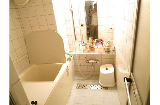 浴室。たまには湯船に浸かって疲れを落としてください