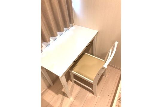 個室内の机と椅子になります。