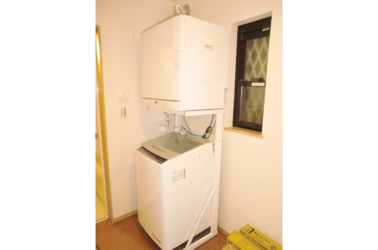 脱衣室には洗濯機、乾燥機を備え付けています