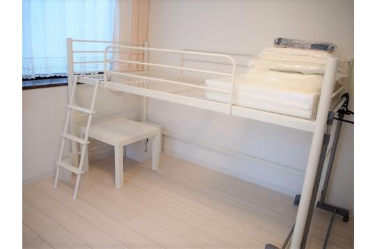寝具一式、テーブル、ハンガーラック完備
