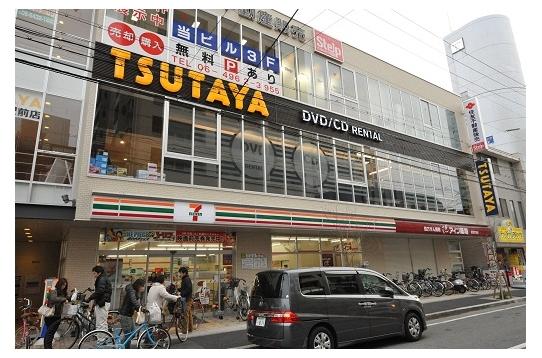 駅前にはレンタルビデオや100円ショップ。