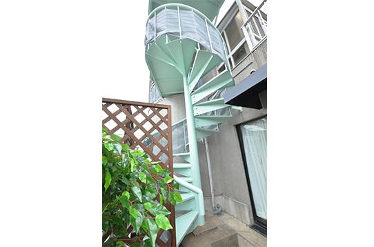 テラスから螺旋階段を登るとリビングスペースへ