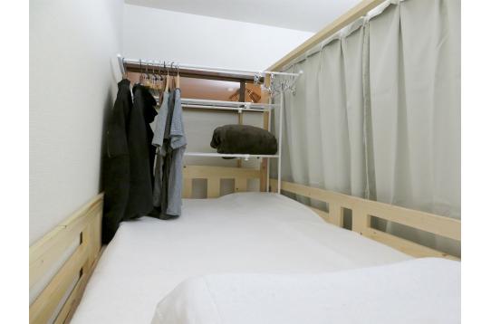 ベッド内に服をかける事も可能です。