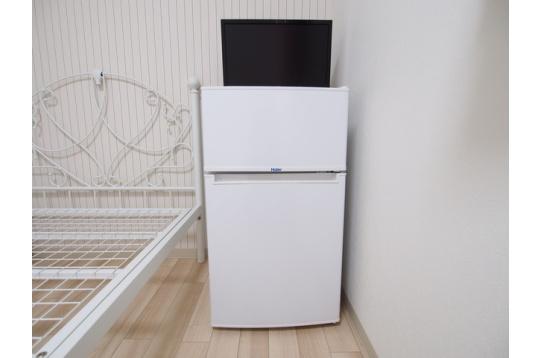 お部屋に備えつけの冷蔵庫、テレビ