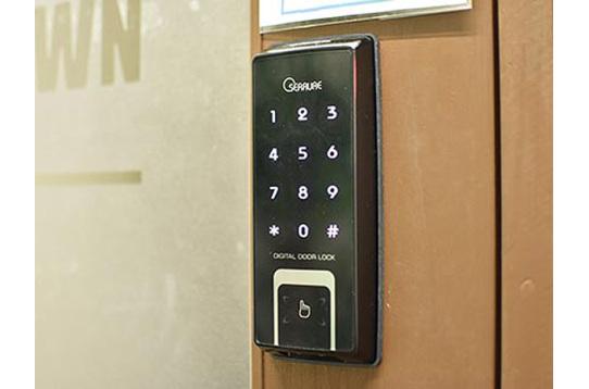 玄関の鍵はナンバー式のオートロックです