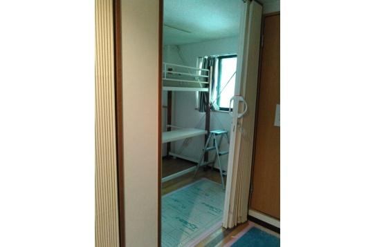 個室の入口上段ベット、小型冷蔵庫、テレビあります。