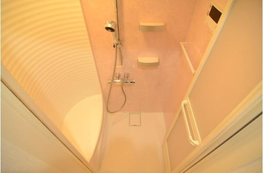 シャワールームはゆったり腰掛け付き