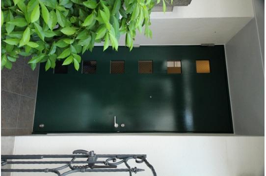 緑の素敵なドア。オートロック付き