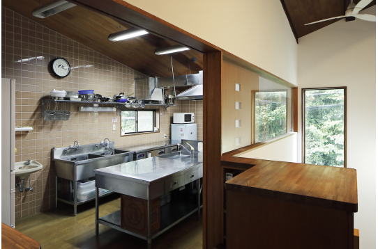 本格的な厨房システムを備えたキッチン。