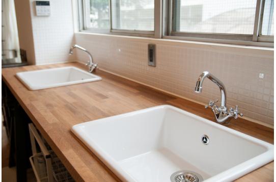 木製の天板がおしゃれで広々使えるシンク