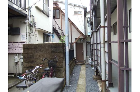 外観と外階段。自転車はこの通路に置くことができます