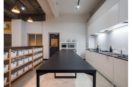 キッチン3台と大きな作業台のキッチン。