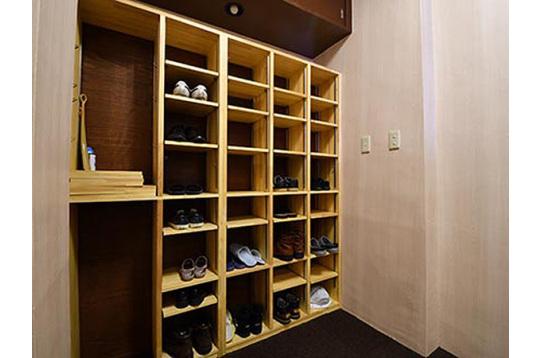玄関から見た靴箱の様子