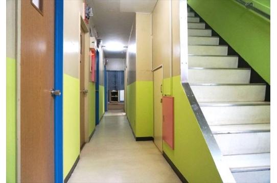 ●2階への階段。入居者同志はすれ違う幅あり。