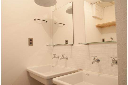 綺麗な洗面台が2台もあるので忙しい朝に大活躍!