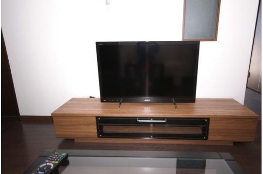 TVは43型です。HDDが内蔵で録画もできます。
