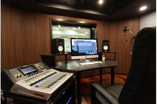 レコーディングスタジオ併設のコントロールルーム。