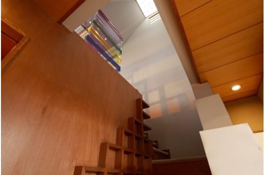 吹き抜けの階段を降りて1階のスペースへ